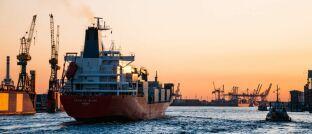Containerschiff. Das Landgericht Urteil hat einen Vermittler zu Schadenersatz verurteilt, der Anlegern Schiffscontainer von P&R vermittelt hatte.