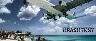 Ein Airbus A340 über dem Strand der Karibik-Insel St. Martin: Der Flugzeugbauer gehört zu den größten Positionen der beiden besten deutschen Nebenwerte-Fonds.