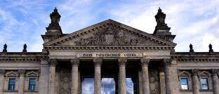 Reichstagsgebäude in Berlin: Rechtsanwalt Martin Klein, Geschäftsführender Vorstand beim Votum Verband Unabhängiger Finanzdienstleistungs-Unternehmen in Europa, setzt auf das Nein der Arbeitsgruppe Finanzen in der CDU/CSU-Bundestagsfraktion gegen den vorliegenden Gesetzesentwurf für einen so genannten Provisionsdeckel.