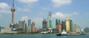 """Skyline von Shanghai in China, dem größten globalen Schwellenland: """"Seit Ende 2018 steigen die Indizes für Schwellenländeranleihen wieder an und EM-Anleihen in Hartwährung waren bei Investoren seit Anfang 2019 die Assetklasse mit den zweitmeisten Inflows laut Bank of America Merrill Lynch"""", berichtet Thomas Rutz, Fondsmanager der Mainfirst-Fonds Emerging Markets Corporate Bond Fund Balanced (ISIN: LU0816909369) und MainFirst Emerging Markets Credit Opportunities (LU1061984032)."""