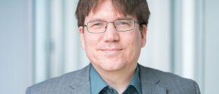 """Henning Kühl: Der Chefaktuar bei Policen Direkt erklärt: """"Die Versicherer haben den erneuten Solvenztest bestanden. Die stabilen Zinsen von 2018 und sicher auch die Neuregelung der Zinszusatzreserven spiegeln sich in der Verbesserung der Quoten wider, genau wie das Neugeschäft, das sich mehr und mehr von klassischen Garantien verabschiedet."""""""