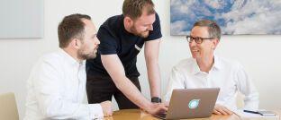 Frank Birzle, Sebastian Scheerer und Roman Rittweger (v.l.): Die Gründer des Münchner Insurtechs Ottonova freuen sich im ersten vollen Geschäftsjahr seit dem Markteintritt Mitte 2017 über ein rasantes Unternehmenswachstum.