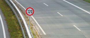 """Geschwindigkeitsbegrenzung: """"Der vorgeschlagene Provisionsdeckel wirkt so, als würde man ein Tempolimit von 250 Stundenkilometern einführen und zusätzlich 400 km/h für all diejenigen erlauben, die von sich behaupten, gut zu fahren"""", moniert der BdV."""