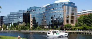 Skandia-Gebäude an der Spree in Berlin: Der Lebensversicherer hat 2013 das Neugeschäft eingestellt.