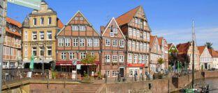 """Historische Häuser am Hansehafen in Stade. Der Landkreis bietet laut """"Wohnatlas 2019"""" besonders gute Rrhmenbedingungen für den Kauf von Wohnimmobilien."""
