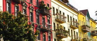 Mehrfamilienhäuser. Wer neu in die Rolle eines Vermieters schlüpft, nimmt auch neue Pflichten auf sich.