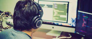 Programmierer: In der Informationstechnologie (IT) internationaler Versicherer spielen die folgenden drei Themenbereiche derzeit die wichtigste Rolle: Automatisierung, künstliche Intelligenz, offene Schnittstellen