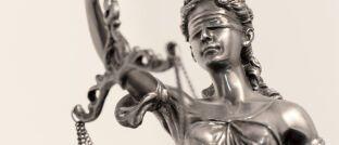 Justitia: Der Maklerpool Qualitypool kooperiert ab sofort mit dem sogenannten Legaltech Anwalt Now, der Rechtsberatung über das Internet anbietet.
