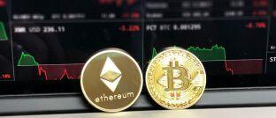 Münzen der Kryptowährungen Ethereum und Bitcoin: Das Ermitteln ihrer steuerlichen Einkünfte stellt Privatanleger von Krypto-Assets vor Herausforderungen, berichten drei Experten vom Beratungshaus Pricewaterhouse Coopers.
