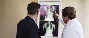 Arztbesuch: Mit dem Angebot einer betrieblichen Krankenversicherung können sich Firmen von ihren Wettbewerbern um die besten Talente abheben.