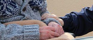 Senior mit Angehörigem. Mehr als jeder vierte Deutsche ab 50 Jahren hat Angst davor, die Pflegekosten nicht stemmen zu können.