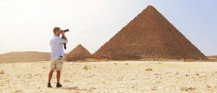 Tourist: Wer beispielsweise einen Urlaub in Ägypten plant, sollte vor dem Abschluss einer Reiserücktrittsversicherung genau informieren.