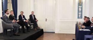 Markus Peters, Moderator Marco Pahl, Sven Pfeil und Ulrich Kaffarnik (v.l.n.r.) diskutierten über die aktuelle Geldpolitik im Rahmen des 5. Hamburger Finanzplanertags von IFNP.