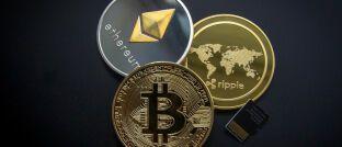 Die Kryptowährungen Bitcoin, Ethereum und Ripple. Der Bitcoin hat einen Marktanteil von derzeit 58 Prozent.