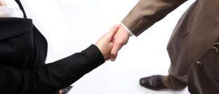 """Handschlag: """"Sich rechtzeitig mit dem Thema Nachfolge auseinanderzusetzen, gehört zu einer erfolgreichen Ausrichtung und Ausgestaltung von Vermittlerbetrieben"""", sagt Manuela Wolf, Projektmanagerin Vertrieb & Service bei den Versicherungsforen Leipzig."""
