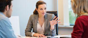 Beratungsgespräch. Die aktualisierte FinVermV, Tätigkeitsgrundlage für Finanzanlagenvermittler, liegt vor. Sie muss jetzt noch den Bundesrat passieren.
