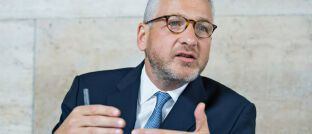 Jean-Louis Scandella arbeitet seit Januar 2018 als Aktienchef bei der französischen Natixis-Tochter Ostrum Asset Management. Zuvor war Scandella von Mai 2014 an in gleicher Position bei Baring Asset Management tätig. Scandella kam von Comgest, wo er im Team für Schwellenländeraktien arbeitete.