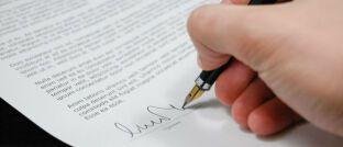 Vertragsunterzeichnung: Bevor Kunden eine Lebens-, eine Berufsunfähigkeits- oder eine private Krankenversicherung abschließen, sollten sie einen Blick in ihre Krankenakte werfen.