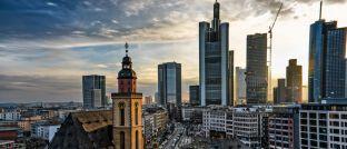 Blick über Frankfurt. Neuzugang Barbara Linnemann arbeitet am Frankfurter Standort von Savills IM.