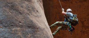 Kontrollierter Aufstieg eines Bergsteigers: Absicherung bei der Geldanlage spielt für die Deutschen weiterhin eine herausragende Rolle.