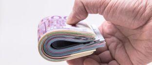 Eine Hand voll Geld: Viele Deutsche würden ihren Finanzberater direkt entlohnen, wissen aber kaum etwas über diese Möglichkeit.