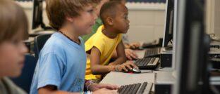 Schüler vor Computern: Die digitale Welt soll jetzt auch in die Bildungssysteme einziehen.
