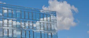 Immobilie mit Glasfassade. Auch Asset Manager können vom neuen Aufsichtsregime für 34f-Vermittler betroffen sein.