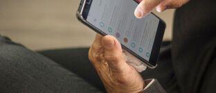 Kontakte im Smartphone: Laut einem aktuellen Urteil darf im Rahmen ein Finanzdienstleister der sogenannten Kündigungshilfe beim Wechsel von Versicherungen kein generelles Kontaktverbot aussprechen.