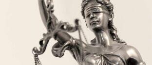 Justitia: Servicevalue hat die Fairness von 28 Rechtsschutz-Versicherern untersucht.