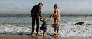 Familienglück: Zumindest die finanziellen Folgen der schockierenden Diagnose Krebs können Eltern abzusichern.
