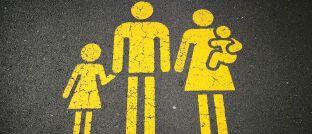 Symbolbild einer Familie mit Kindern: Der Praxisfall beschäftigt sich mit dem Vermögensaufbau für den Nachwuchs