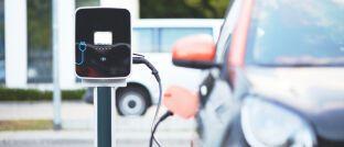 Elektroauto an einer Ladestation: In Deutschland ist E-Mobilität längst nicht so stark verbreitet wie in China.