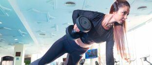 Frau im Fitnessstudio: Einige gesetzliche Krankenkassen belohnen Sportkurse mit Geld- oder Sachprämien.