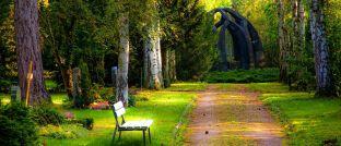 Auf dem Friedhof: Um ihren Bestand im Todesfall für die Hinterbliebenen zu sichern, müssen Makler einiges beachten.