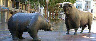 Symbole für Optimismus und Pessimismus an den Börsen: Bulle und Bär auf dem Börsenplatz in Frankfurt am Main, Skulpturen von Reinhard Dachlauer.