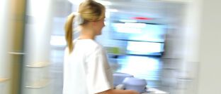 Krankenschwester im Stress: Wer im Job andere Menschen pflegt, sollte seine eigene Arbeitskraft möglichst früh finanziell absichern.