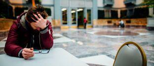 Müde und traurig: Weil er aufgrund einer Depression seinen Job als IT-Systemadministrator nicht mehr ausüben konnte, hat ein Versicherter BU-Rente beantragt.