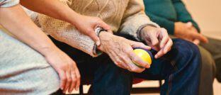 Helfende Hände: Wenn ein Mensch pflegebedürftig wird, übernehmen oft seine Angehörigen die Pflege.