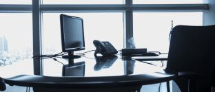 Büro-Arbeitsplatz. Die überarbeitete FinVermV legt einige neue Regeln für den Berateralltag fest.