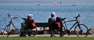 Senioren am See: Sofortrenten stehen wegen hoher Kosten in der Kritik..