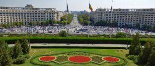 Blick auf die Autos von Bukarest, Rumänien: Bluebay hat mit dem Bluebay Emerging Market Aggregate Bond bereits einen ähnlichen Schwellenländerfonds auf dem Markt. Darin ist Rumänien am stärksten übergewichtet.