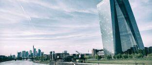 EZB-Gebäude in Frankfurt: Für Versicherungen lieferte die Zentralbank in jüngster Zeit keine sonderlich überragende Leistung ab.