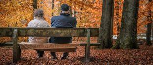 Zwei Rentner sitzen auf einer Bank: In der Öffentlichkeit wird darüber diskutiert, ob und wie Arbeitnehmer zusätzlich für das Rentenalter vorsorgen müssen.