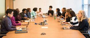 Frauen bei einer Besprechung: Der Verband Fondsfrauen zeichnete Fidelity als frauenfreundlichste Fondsgesellschaft aus.