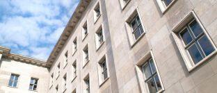 Sitz des Bundesministeriums der Finanzen in Berlin: Die Steuerverwaltung ist in Deutschland zwischen Bund und Ländern aufgeteilt. Oberste Behörde ist das BMF.