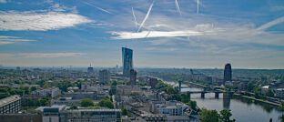 Blick auf Frankfurt mit dem EZB-Gebäude: Der Notenbank ist es nicht gelungen, genügend Vertrauen im Markt aufzubauen, sagt Volkswirt Martin Hüfner.