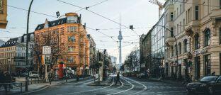 Straßenkreuzung in Berlin mit Blick auf den Fernsehturm: Die Mieten sind in der Hauptstadt in den vergangenen Jahren stark angestiegen.