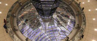 Blick aus der Glaskuppel in den Plenarsaal des Bundestags: Bertrand Perez von der Libra Association und Tomer Barel von Calibra stellten sich den Fragen der Abgeordneten.