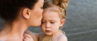 Mutter mit Kind: In Deutschland sind die Gehaltseinbußen von Müttern im Ländervergleich hoch.