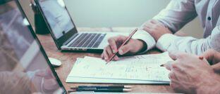Beratungsszene. Wenn der Versicherer von einem Vertreter Provisionen zurückfordert, muss er seinen Anspruch sorgfältig begründen.